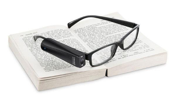 Image de l'Orcam avec des lunettes