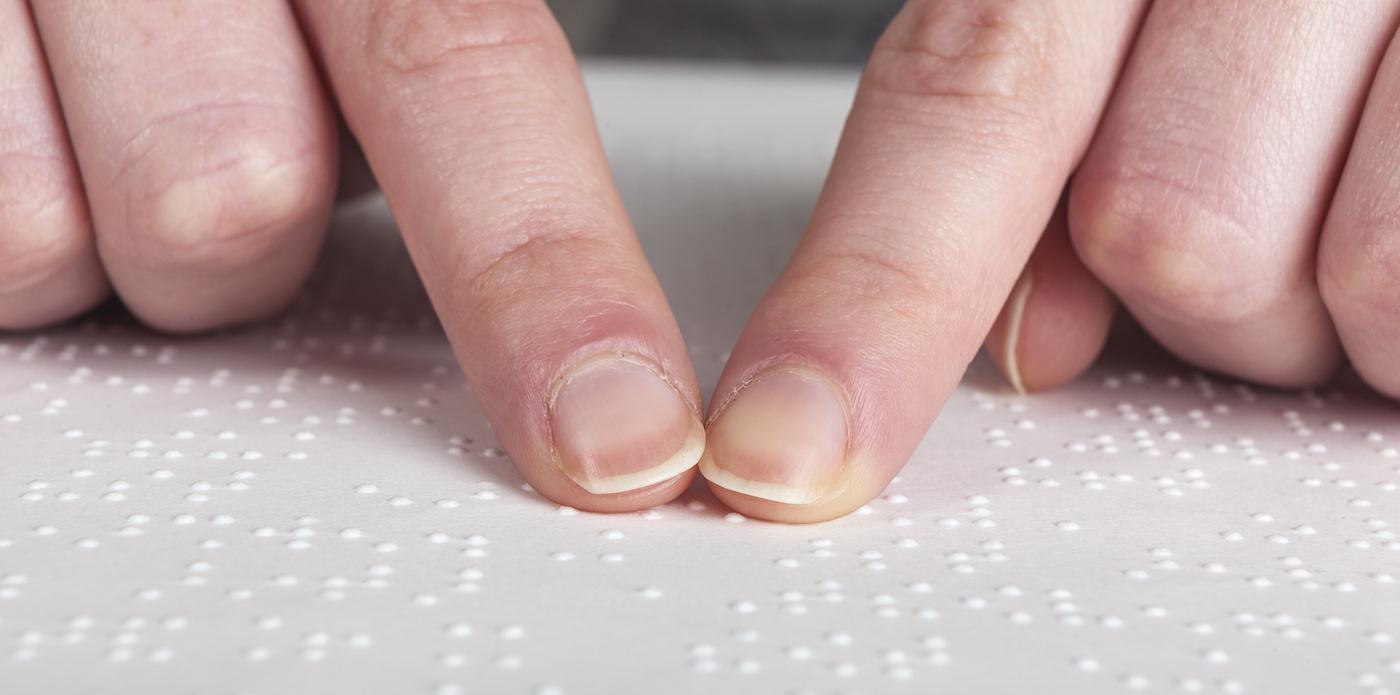 Symbolbild Finger und Braille
