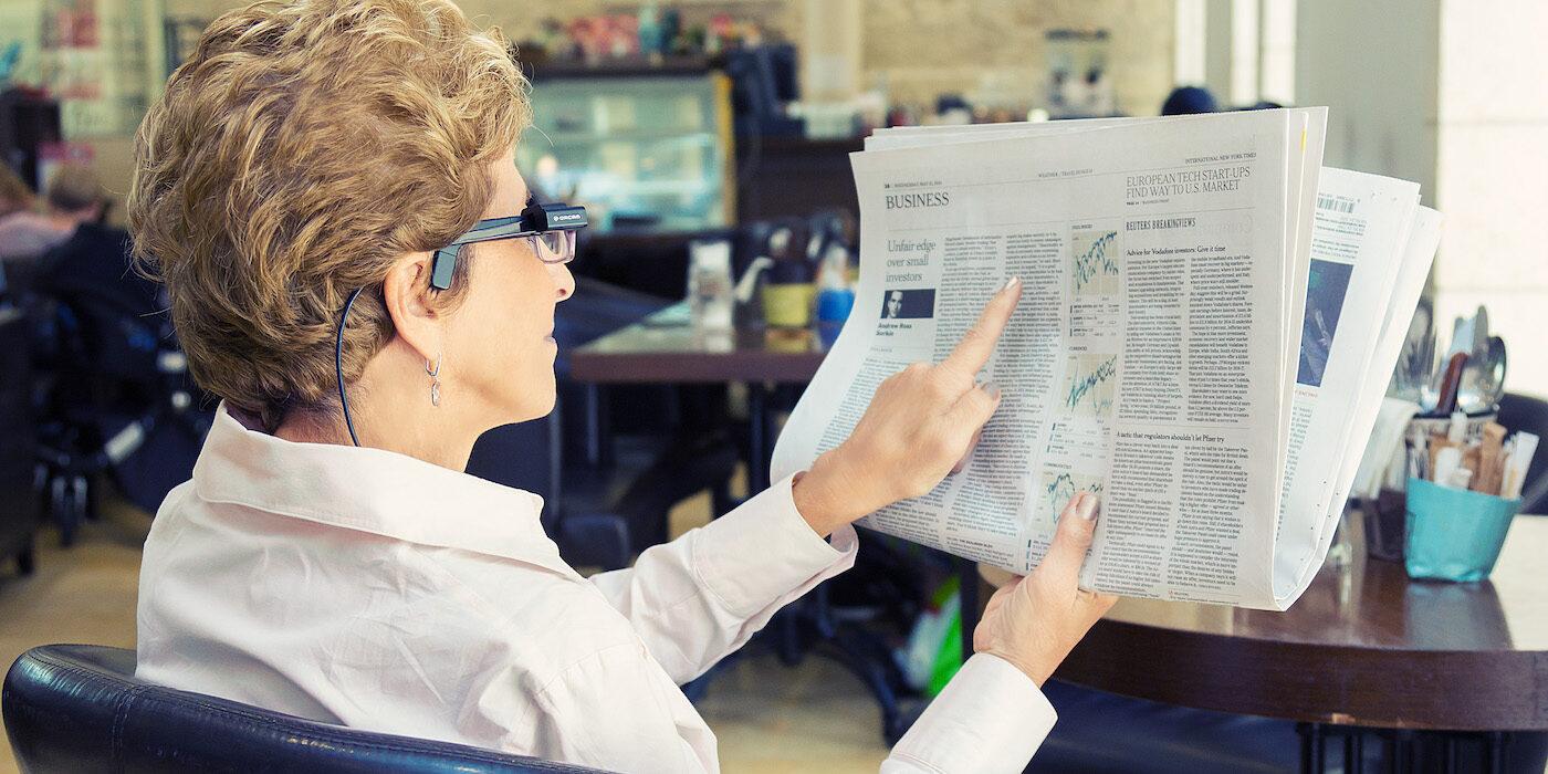 Eine Frau liest mit Orcam
